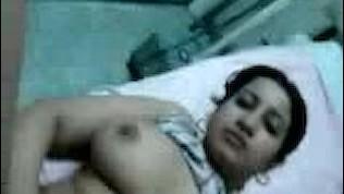 شرموطة مربربة مصرية تتناك من الدكتور في العيادة