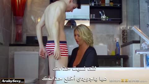 امرأة تهيج على صديق ابنها الصغير في الحمام – سكس عائلي ساخن